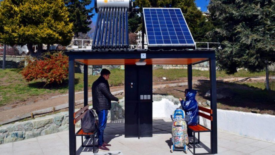 Panel solar para carga de agua caliente y recarga de celulares en la costanera de Bariloche. Gentileza
