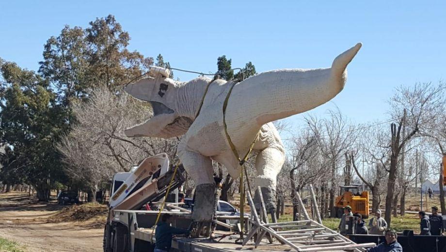 La escultura ya fue emplazada a la vera de la ruta en Plaza Huincul.