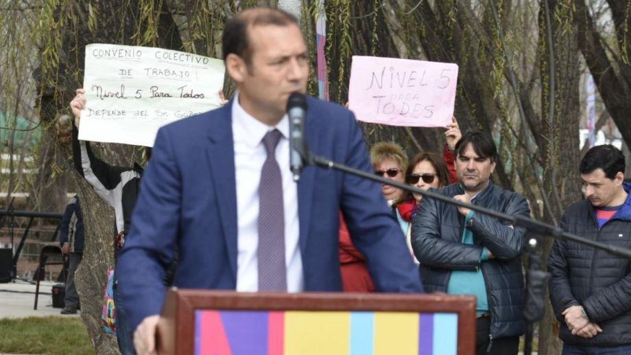 Los jubilados autoncovocados aprovecharon el aniversario de Neuquén para llevarle sus reclamos al gobernador Omar Gutiérrez. (Florencia Salto).-