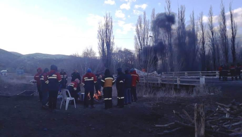 Desde el lunes a la noche, los mineros de Andacollo mantienen cortada la ruta 40 en el acceso a Chos Malal. (Gentileza).-