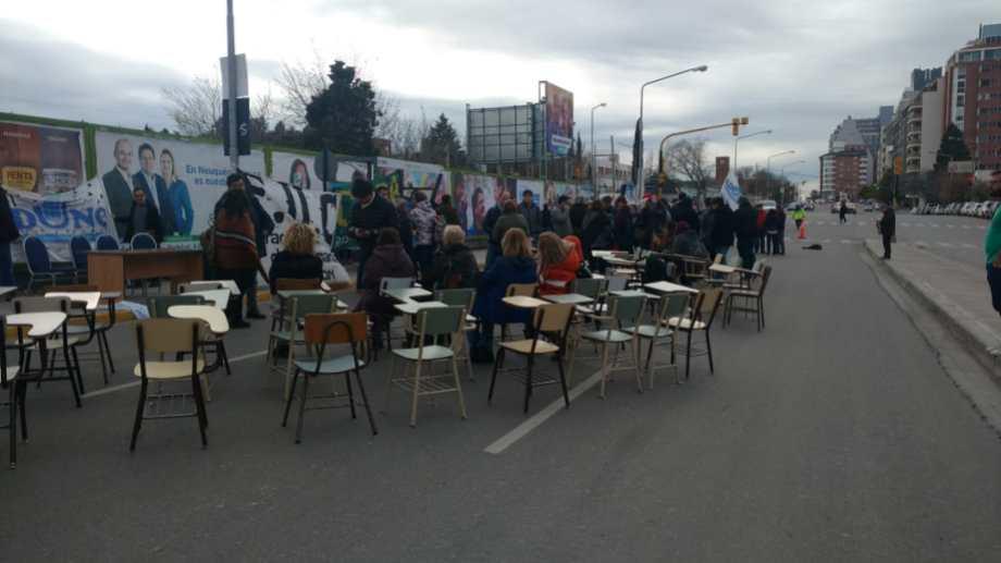 El Consejo Superior de la Universidad Nacional del Comahue comenzó su reunión sobre la calle. (Gentileza).-