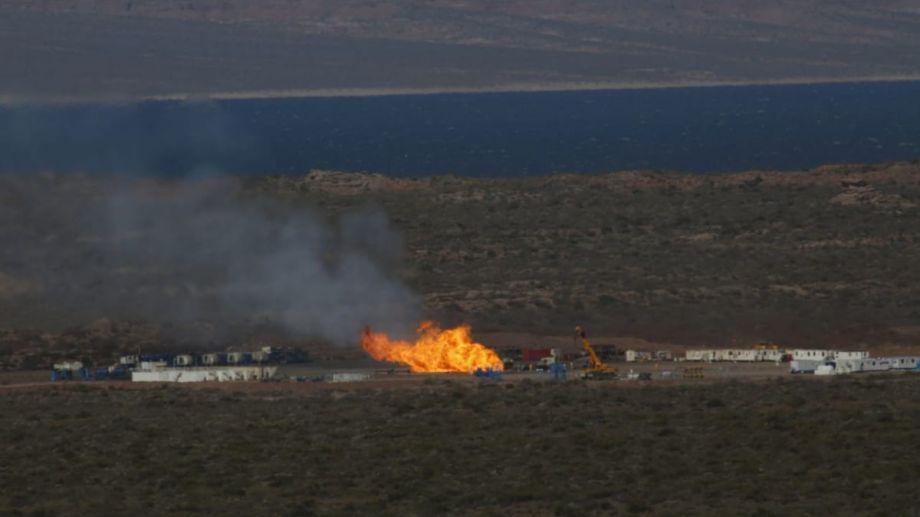 Aun continúa el incendio que comenzó el 14 de septiembre en el pozo Loma La Lata Oeste X-2. Foto Archivo Juan Thomes.