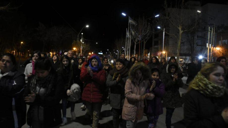 Vecinos se movilizaron por el centro de Plottier para reclamar por el asesinato de la joven. Foto: Juan Thomes.