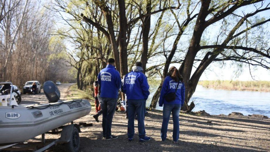 Buzos de la policía realizarán rastrillajes en el río Limay. (Foto: Florencia Salto.-)