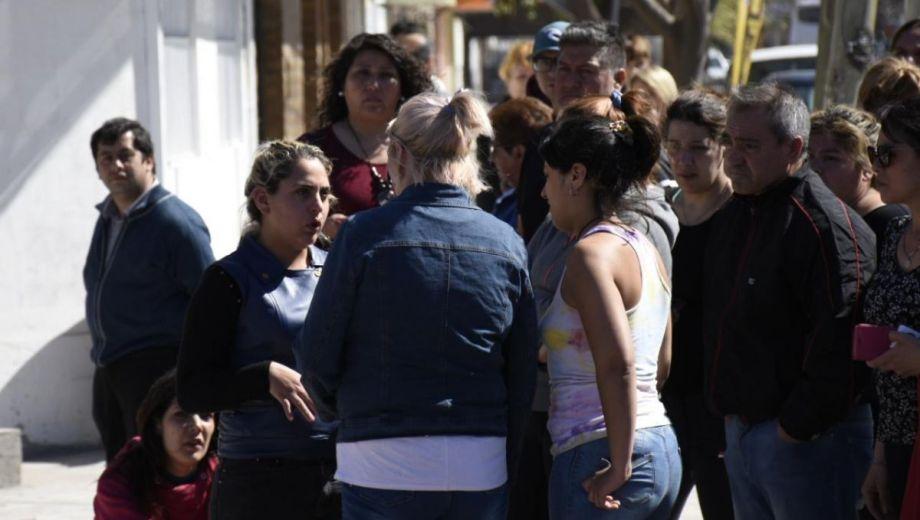 Las hermanas de Cielo López se acercaron al lugar del allanamiento. (Foto: Florencia Salto)