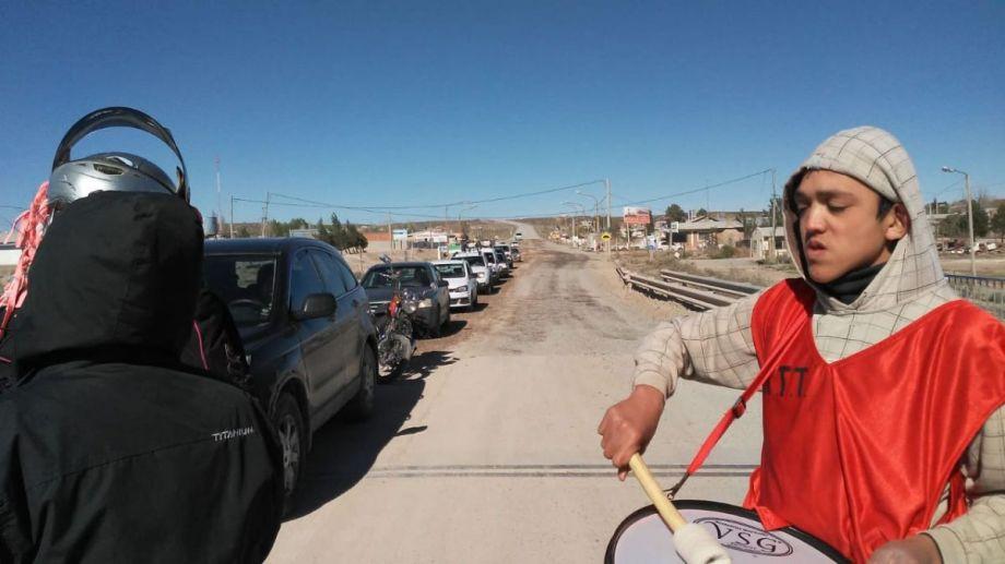 Los integrante de una organización social cortaron el tránsito sobre el puente de Balsa Las Perlas. (Gentileza).-