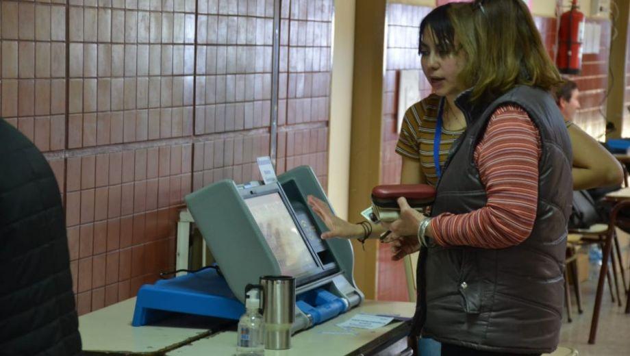 Las elecciones de Neuquén se desarrollaron con el sistema de boleta única electrónica. (Yamil Regules).-