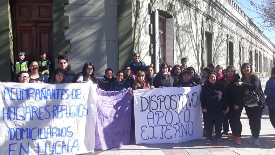 Trabajadores precarizados de la subsecretaría de Desarrollo Social se movilizaron frente a Casa de Gobierno. (Gentileza)