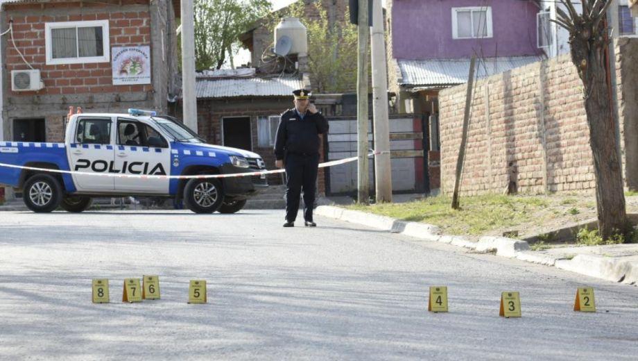 Los efectivos realizaron un peritaje en la zona donde se produjo una de las balaceras.  Foto: Florencia Salto.