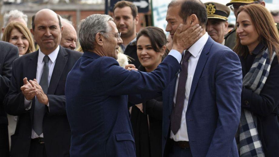 Enfrentados por las próximas elecciones municipales pero unidos en los festejos por el aniversario, Quiroga y Gutiérrez encabezaron el acto oficial. (Florencia Salto).-