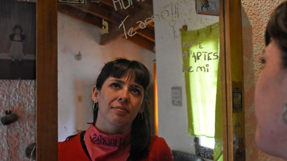 La frase en el espejo que mira Abril la escribió Ivana y allí quedó, intacta. Foto Florencia Salto.