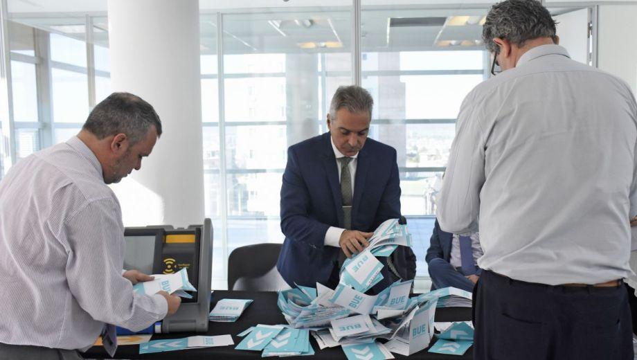 Germán Busamia, presidente de la Junta Electoral, realiza el recuento definitivo de los votos del domingo. Foto Florencia Salto