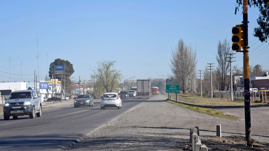 Ya instalaron un semáforo en el cruce de la Ruta 22 y la calle Estado de Israel, en Cipolletti. Foto: Florencia Salto