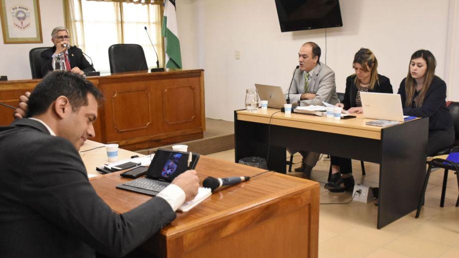 El fiscal pronuncia su alegato, Rodríguez Lastra lo escucha. La sentencia se conocerá el viernes 4. Foto: Florencia Salto.
