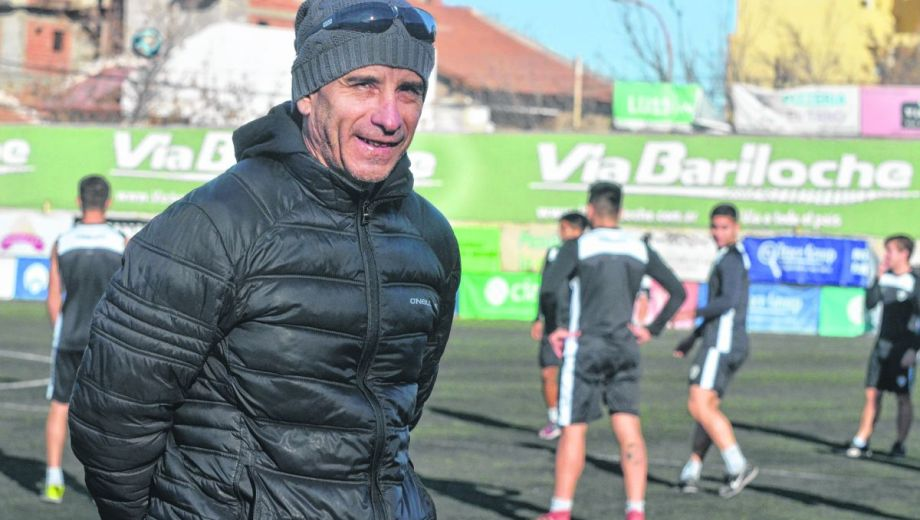 Gustavo Coronel, DT del Albinegro, prepara al menos dos cambios.