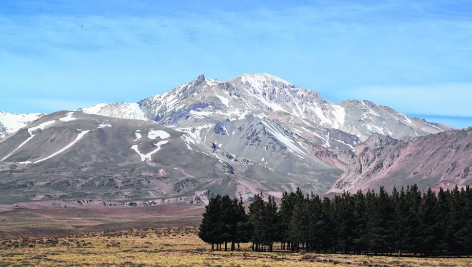 El Domuyo es el punto más alto de la Patagonia y da inicio a la Cordillera del Viento en el norte neuquino.