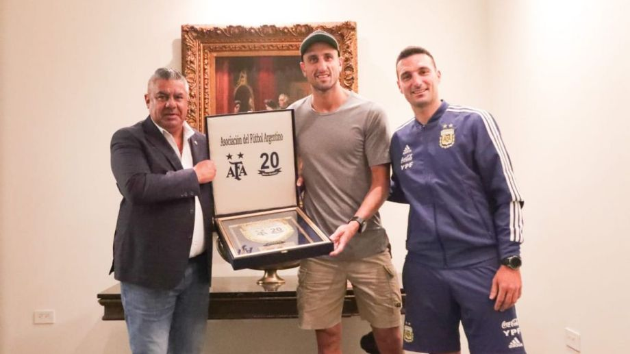 Manu fue reconocido por Tapia con una placa. (Foto: @Argentina)