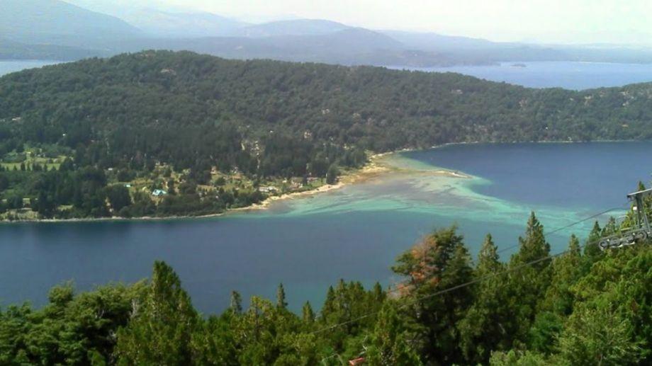 El lago Nahuel Huapi abraza la península a 20 kilómetros del centro.