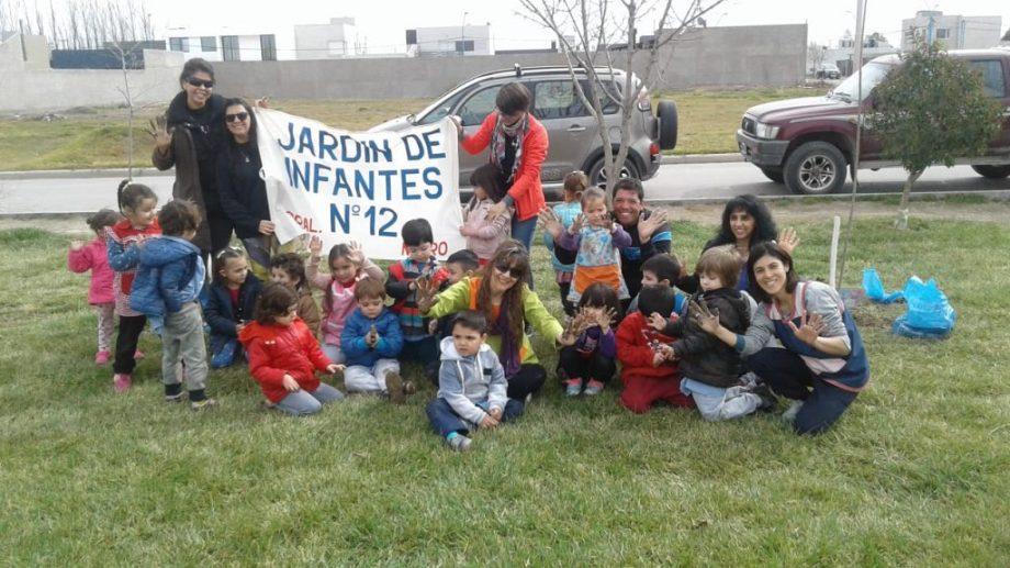 El lunes, los niños plantaron un árbol en la plaza El Óvalo. (foto: gentileza)
