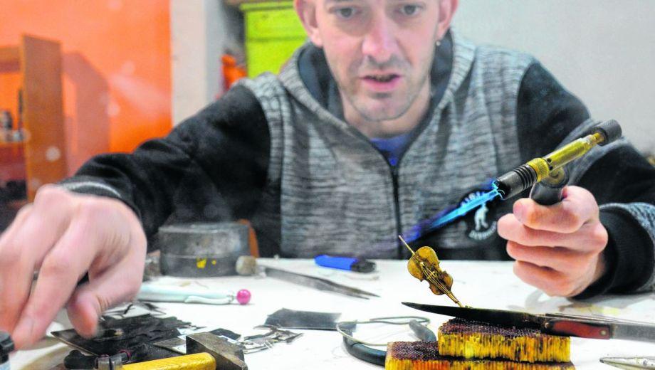 Para el artesano, en la ciudad de Neuquén la clientela busca siempre la calidad en los productos.  (FOTO: Mauro Pérez)