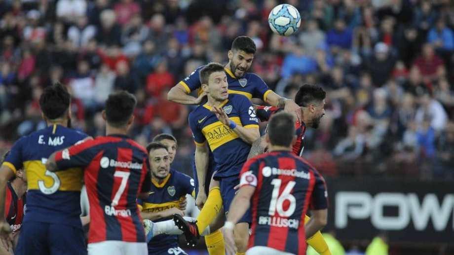 Lisandro López gana en la alturas y marca el gol de Boca en el Nuevo Gasómetro.