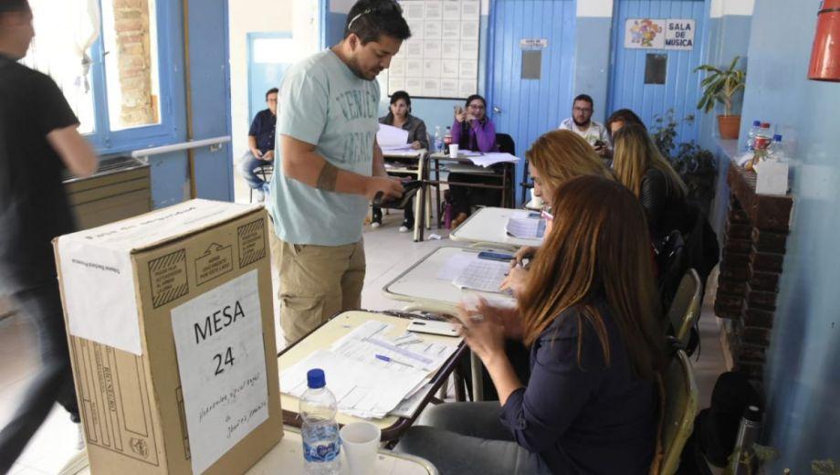 Comenzó el recuento de votos. Foto Juan Thomes)