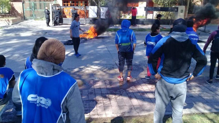 Los manifestantes llegaron a la casa de la funcionaria nacional y continuaron la protesta. (foto: Alejandro Carnevale)