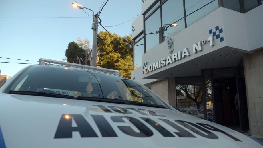 El agente chocó el auto que conducía frente a la comisaría primera. (Archivo Matías Subat).-