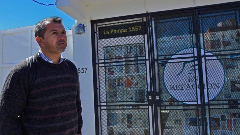 Jorquera estuvo frente al local buscando respuestas pero no logró recuperar su dinero. (foto: Gonzalo Maldonado)
