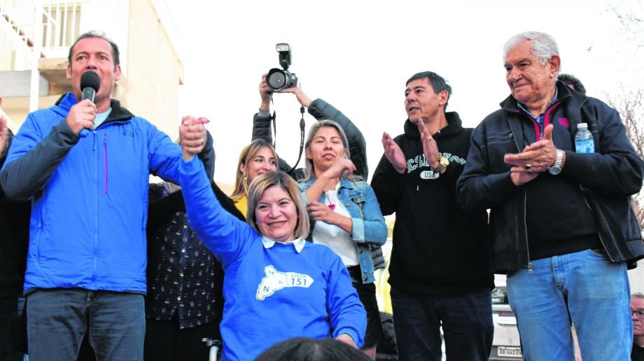 La jefa comunal electa junto al gobernador Gutiérrez, el senador Pereyra y la primera concejal, Marcela Rucci. Foto: Florencia Salto.