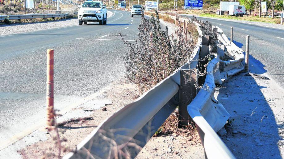 Hay sectores donde las barreras de seguridad aún conservan los impactos de los vehículos. (Juan Thomes)