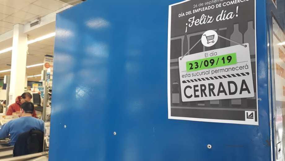 Los supermercados anunciaron con carteles que mañana permanecerán cerrados.