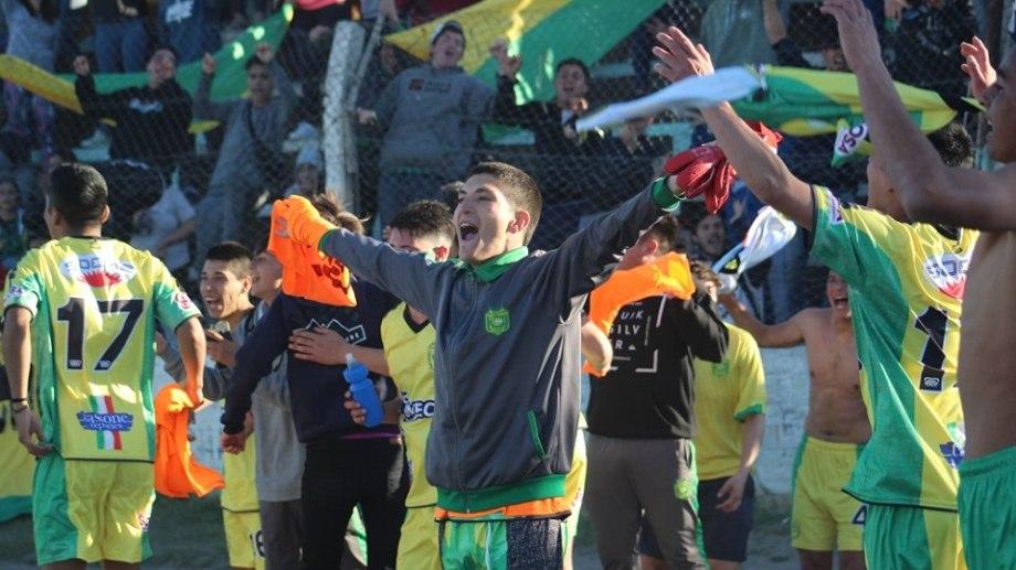 El Canario festejó a lo grande la victoria en el clásico zapalino. Foto: Gentileza Daniel Signorile