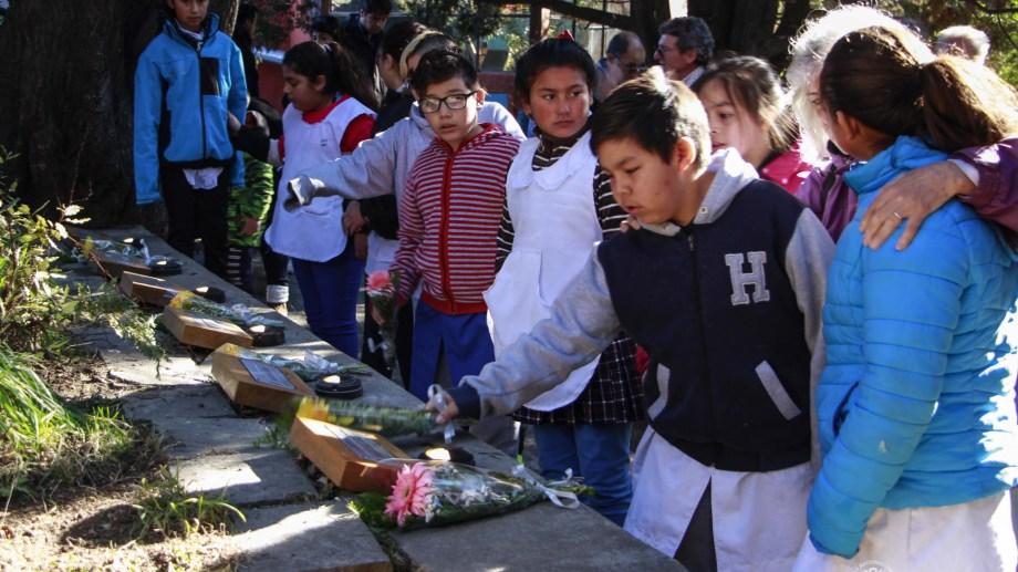 Niños de la escuela del barrio El Pilar depositaron ofrendas florales por los 17 años de la tragedia del cerro Ventana. Foto: Gentileza