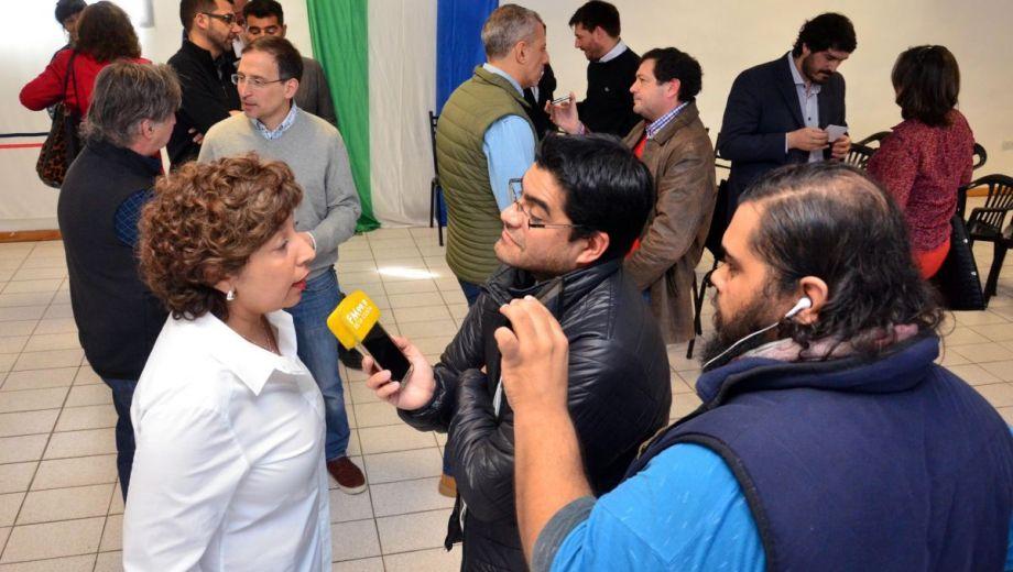 """La gobernadora electa Carreras y la """"desestructurada"""" presentación de su gabinete. Foto: Marcelo Ochoa."""