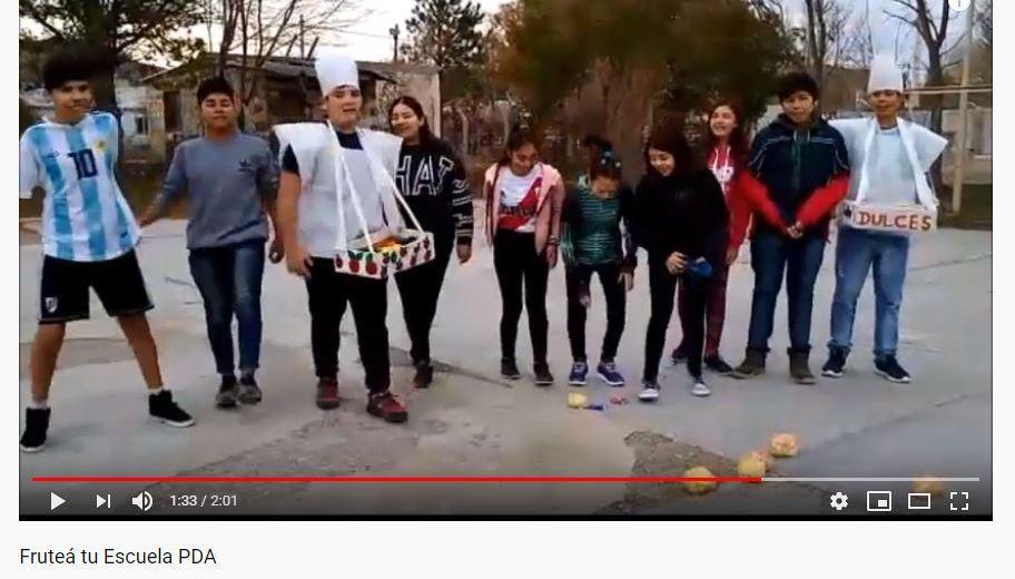 Los  alumnos del CPEM de Piedra del Águila hicieron su propio video para fomentar el consumo de frutas.