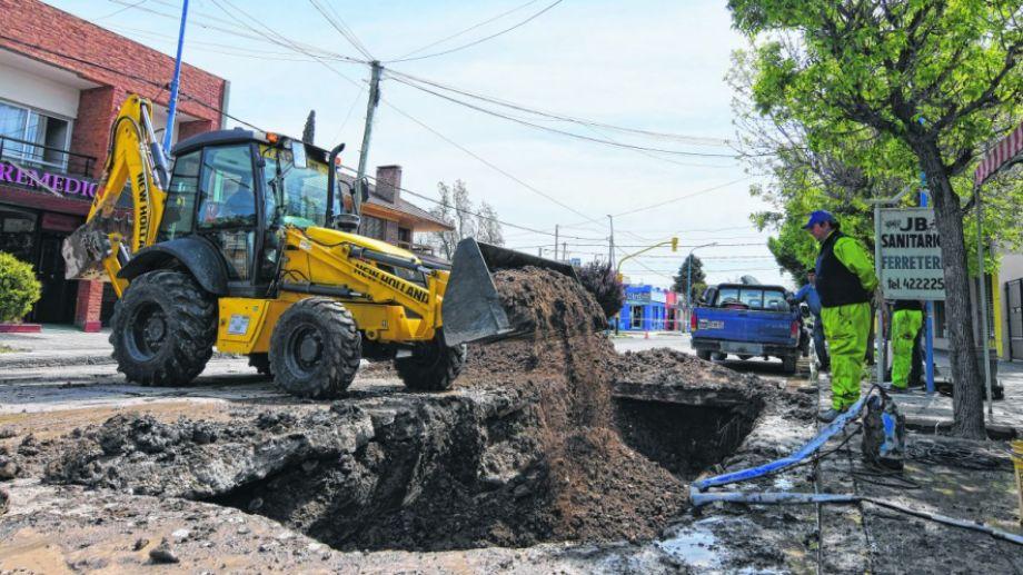 Por tercera vez en el año se rompió el caño en calle Mendoza, entre Tucumán y 9 de julio. (Fotos: Gonzalo Maldonado)