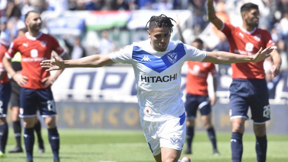 Maxi Romero abrió la cuenta para Vélez en el Amalfitani.