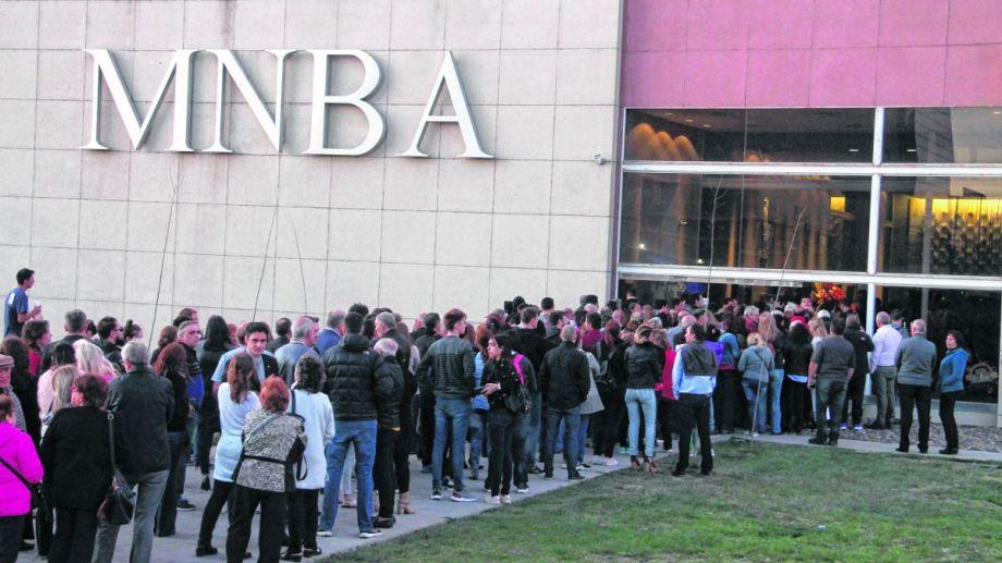 Vecinos, funcionarios y dirigentes políticos se acercaron al Museo de Bellas Artes para darle el último adiós.  Foto: Oscar Livera