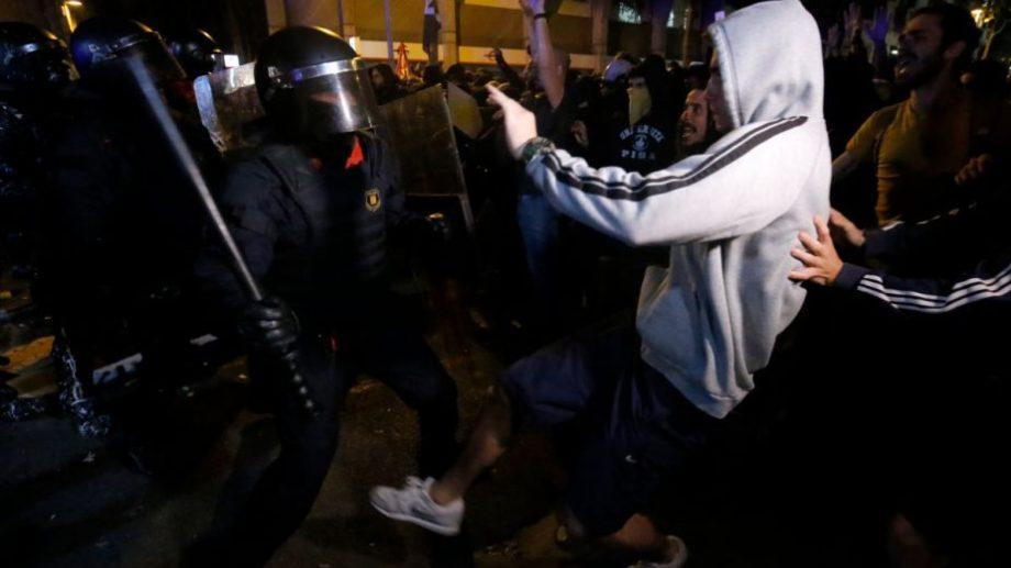 Una protesta pacífica de independentistas en el Paseo de Gracia, en el corazón de Barcelona, terminó hoy con una batalla campal con la Policía Nacional. (Foto: AFP)
