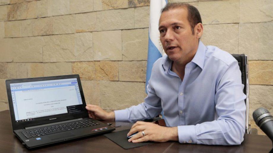 El gobernador Gutiérrez firmó el decreto de adhesión a la ley nacional.  Foto: Gentileza