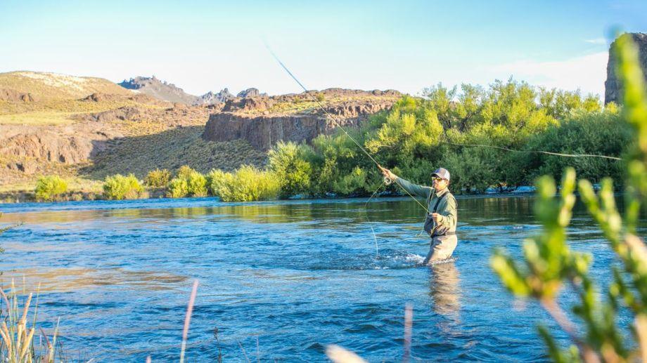 Pesca en el río Limay. Foto: Emprotur