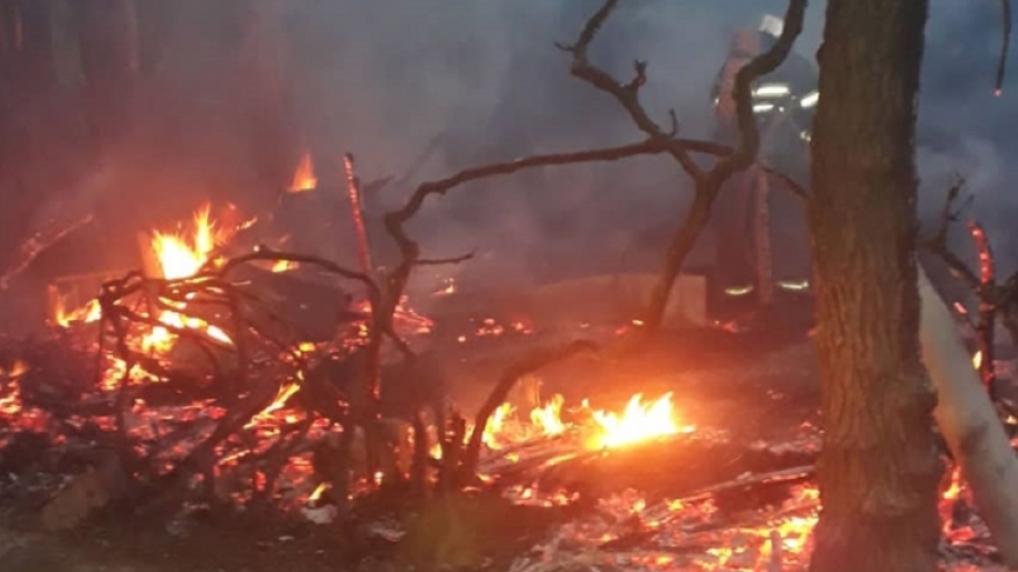 El rayo incendió un gallinero, que fue consumido por las llamas. (Gentileza Centenario Digital).-