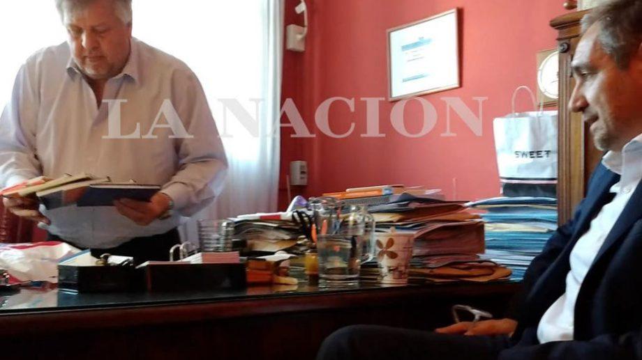 El fiscal Carlos Stornelli recibe los cuadernos de mano de Cabot. (Foto: gentileza La Nación)