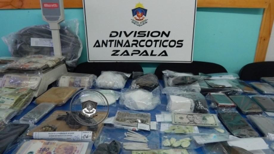 La policía secuestró cocaína, marihuana y medio millón de pesos. (Foto: Gentileza.-)