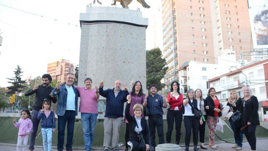 """Aromatizantes para remover las """"malas vibras"""" del monumento al General San Martín.  Foto: Yamil Regules"""