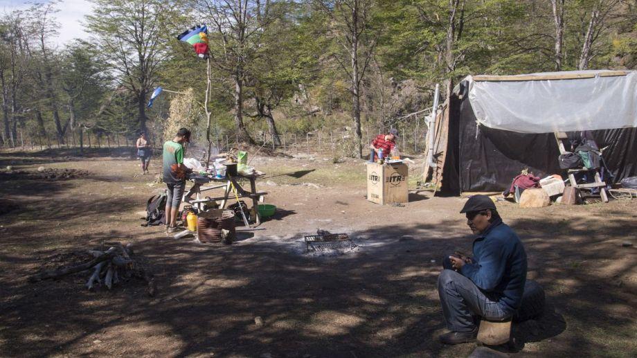 Los miembros de la comunidad Buenuleo ocupan desde el 10 de septiembre de 2019 el lote en litigio con privados, en el cerro Ventana. (Foto: Marcelo Martínez)