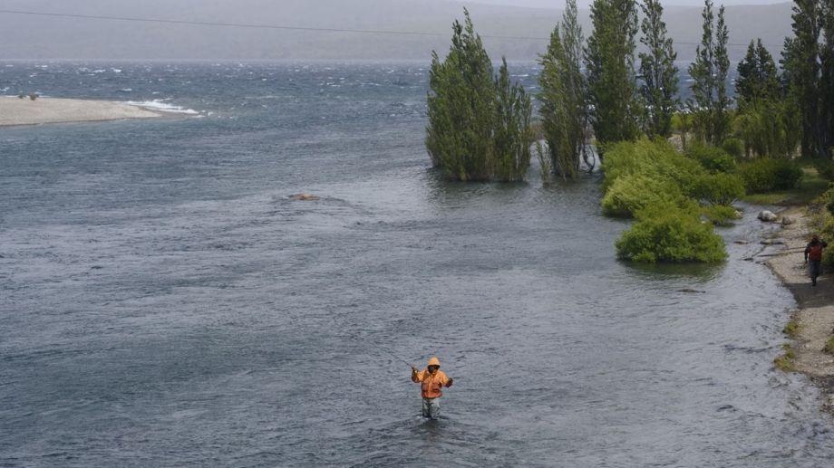 La temporada de pesca deportiva inicia el 1 de noviembre pero en Neuquén quieren adelantarla. Archivo