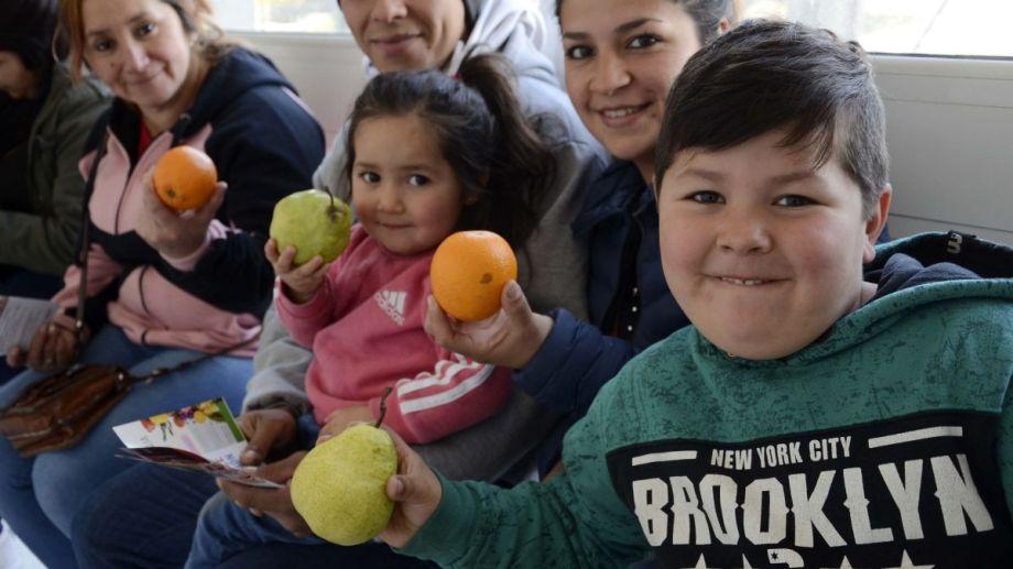 Niños y padres que esperan su consulta en el hospital Bariloche recibieron frutas frescas. Foto: Alfredo Leiva