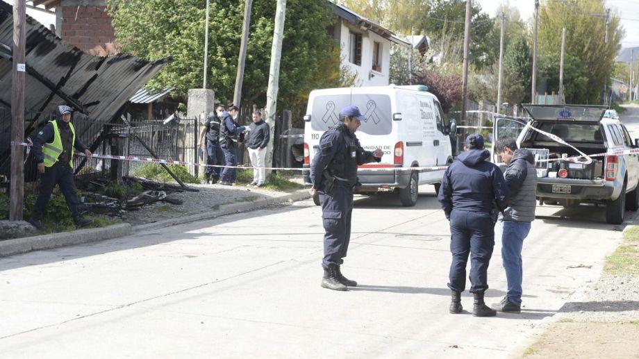 Un hombre mayor murió al no poder escapar del incendio de su casa en Bariloche. Foto: Alfredo Leiva